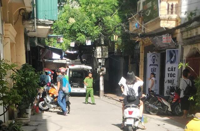 Căn nhà nơi phát hiện sự việc gần ngôi nhà nữ sinh trường điện ảnh bị sát hại vài tuần trước khiến người dân hoang mang.