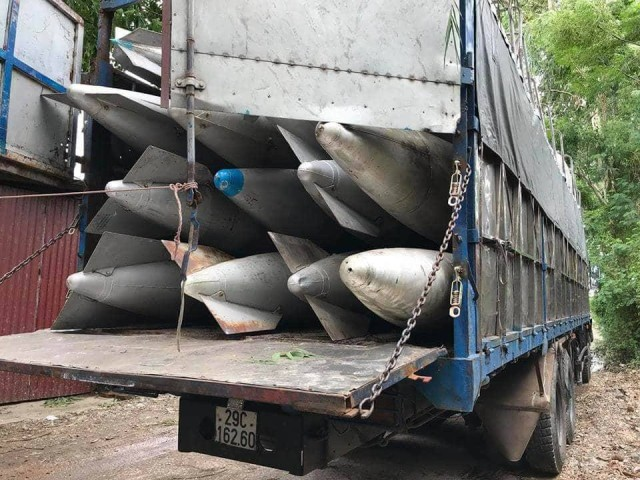 Hàng chục bình nhiên liệu trên hai xe tải. Ảnh công an cung cấp
