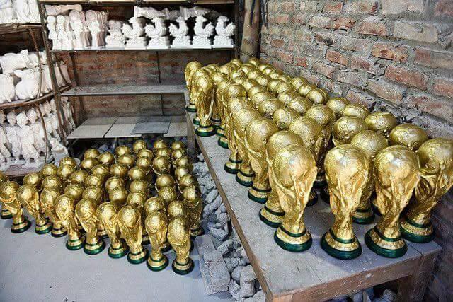 Cúp vàng World Cup bằng thạch cao đang là mặt hàng hot