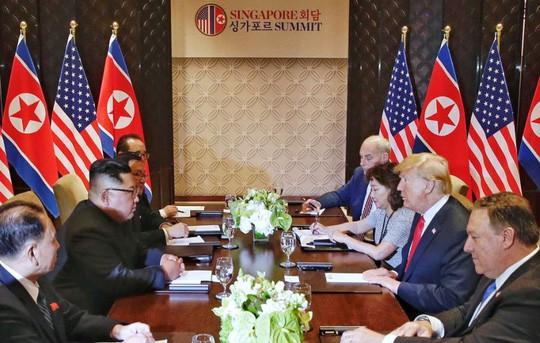 Người phụ nữ duy nhất trong phòng họp Mỹ - Triều là thông dịch viên của ông Trump. Ảnh: Kevin Lim
