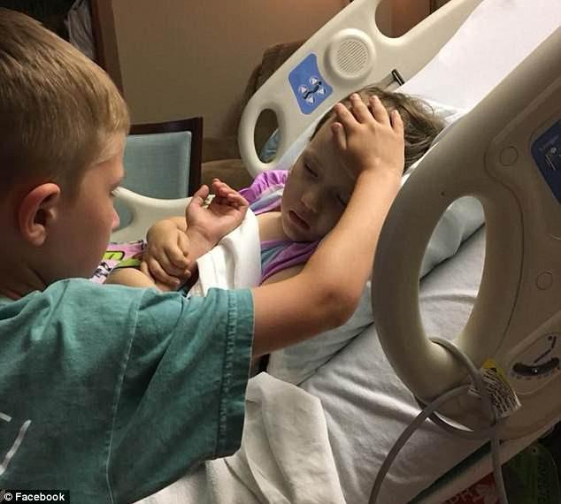 Bức ảnh anh trai vỗ về em gái trong giây phút cuối đời được lan truyền trên mạng xã hội.