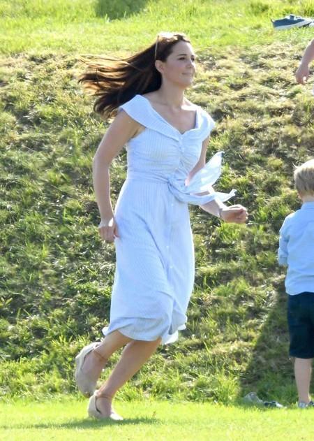Kate chạy từ trên bãi cỏ xuống sân để chào hỏi Malcolm. Ảnh: Richard Simpson.