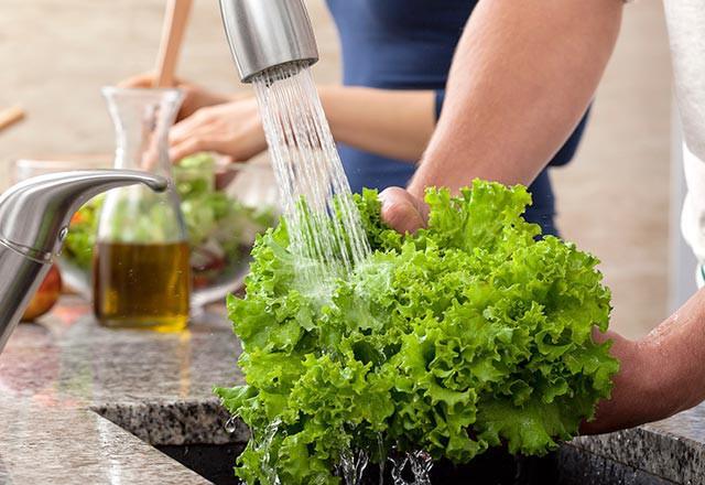 Nửa trái cây và rau sạch sẽ trước khi tiêu thụ để đảm bảo loại bỏ càng nhiều hóa chất càng tốt.