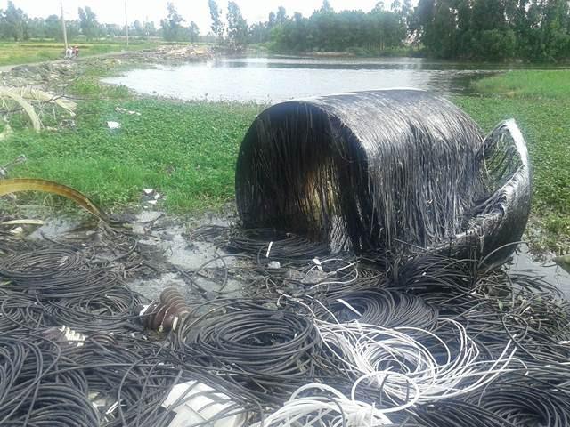 Vỏ dây điện vứt la liệt trong quá trình chờ tiêu hủy.