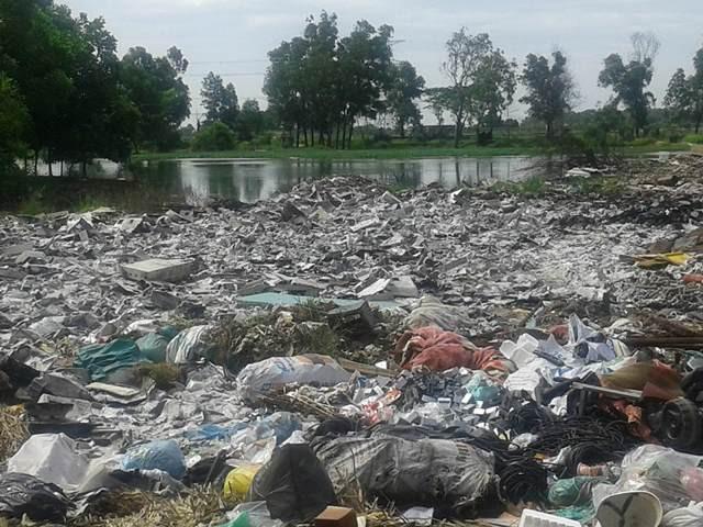 Bãi rác thải công nghiệp vây quanh nơi ở và trồng trọt, sản xuất của người dân thôn Quan Độ.