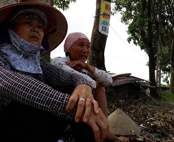 Hai người phụ nữ trong thôn Quan Độ, xã Văn Môn tỏ ra hoang mang trước những hiểm họa từ làng nghề tái chế sắt vụn.