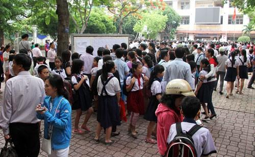 Phụ huynh và học sinh xem danh sách phòng thi tại điểm thi THCS Trần Văn Ơn. Ảnh: Mạnh Tùng.