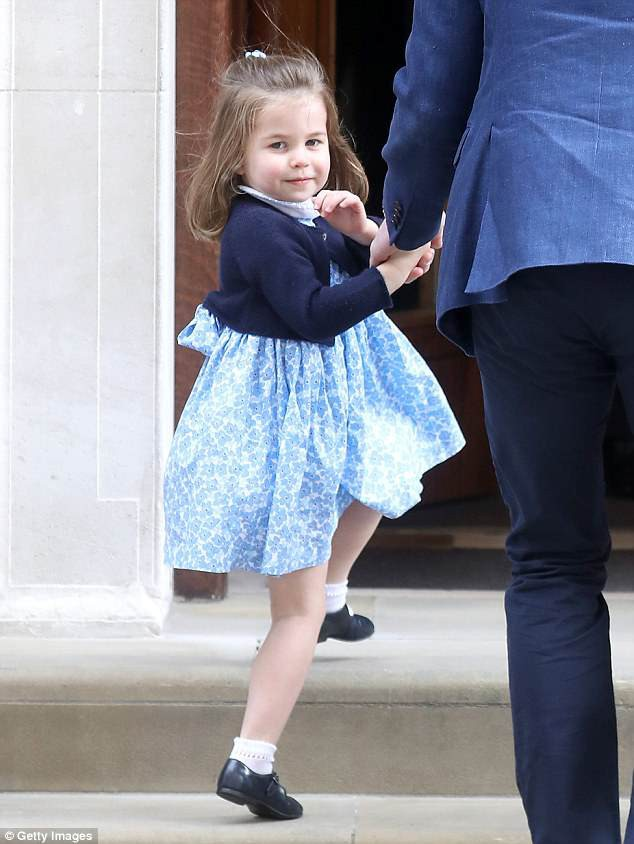 Công chúa Charlotte tại bệnh viện St Mary lúc Hoàng tử Louis chào đời. (Ảnh: dailymail)