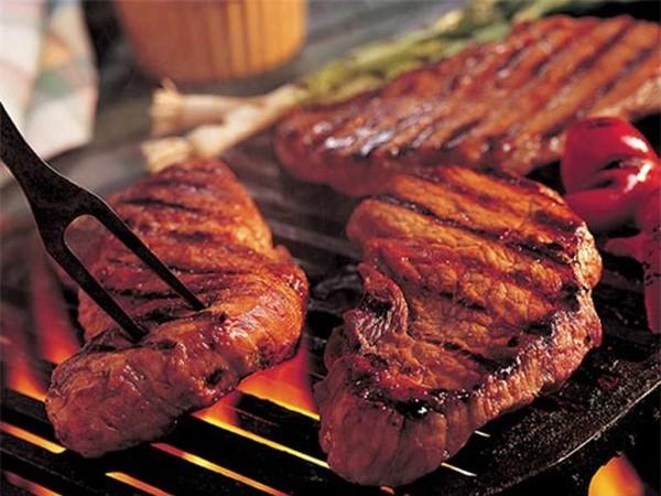 Ăn thịt chế biến, đồ ăn nhanh dễ gây tăng cân. Ảnh minh họa