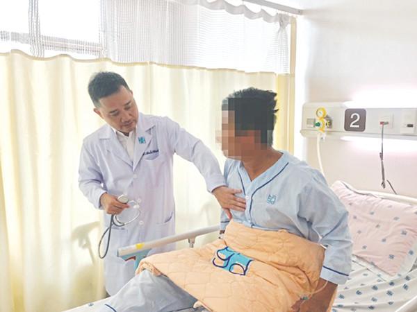 BS. Trần Thanh Vỹ đang thăm khám cho bệnh nhân