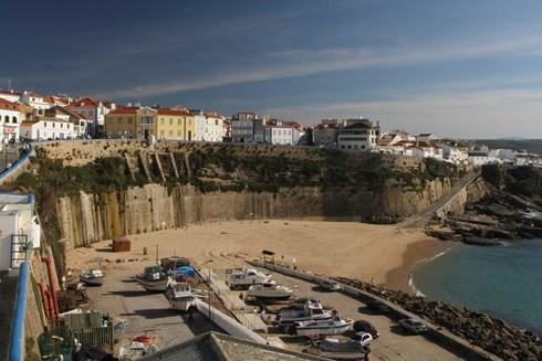 Nhân chứng đã nhìn thấy nạn nhân ngồi trên bức tường cao 30m, chân hướng ra biển. Ảnh: Wikimedia Joaomartinho63