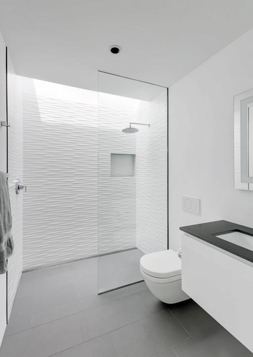 Khu WC có phần giếng trời nhỏ giúp lấy sáng tự nhiên.