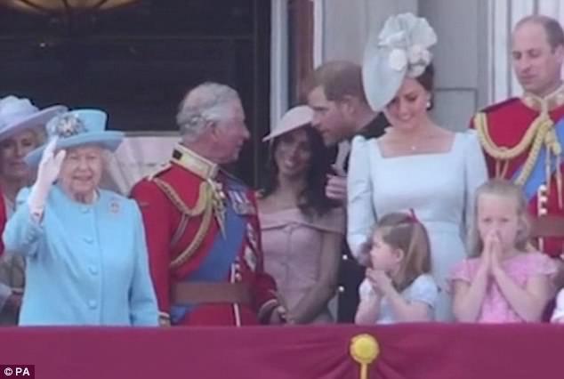 Nhưng rồi bỗng dưng phát hiện Nữ hoàng đang vẫy tay... (Ảnh: dailymail)