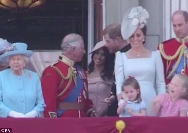 ... Công chúa Charlotte cũng đã vẫy tay chào mọi người. (Ảnh: dailymail)