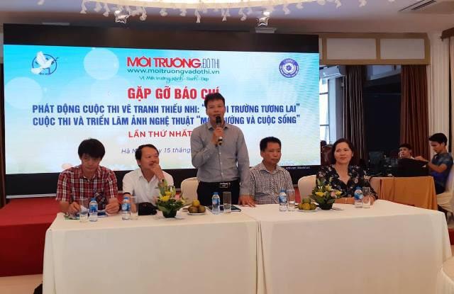 TS. LS Đồng Xuân Thụ - Tổng biên tập Tạp chí điện tử Môi trường và Đô thị Việt Nam phát biểu tại buổi họp báo.