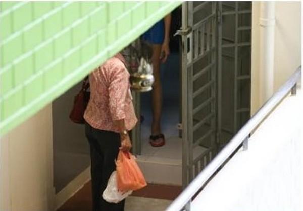 Người mẹ 70 tuổi vượt quãng đường 26 km (cả đi và về), leo 7 tầng cầu thang để mang cơm cho con gái.