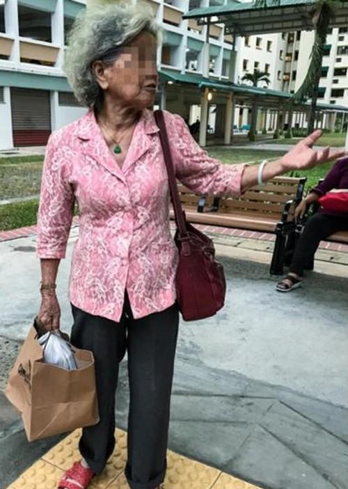Người mẹ chia sẻ với phóng viên rằng con gái bà ở trong nhà cả ngày kể từ khi chồng mất, nếu bà không mang cơm, con sẽ không có gì để ăn và tiếp tục sống.