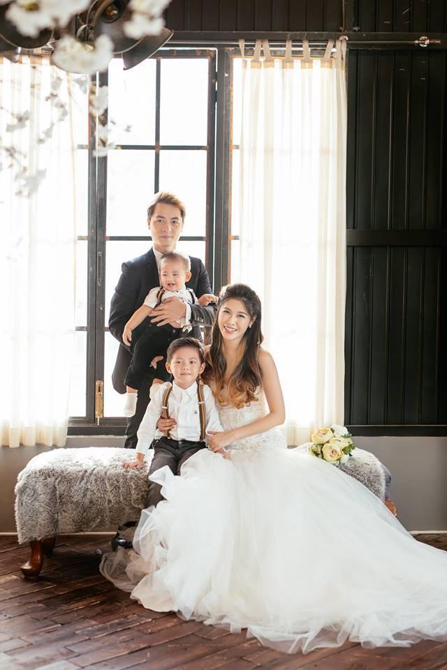 Đăng Khôi bên vợ và 2 con nhỏ.
