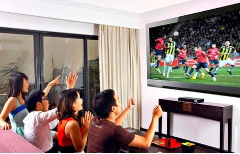 Để thức khuya xem bóng đá cần phân bố thời gian hợp lý tránh ảnh hưởng sức khỏe, công việc. Ảnh: T.L