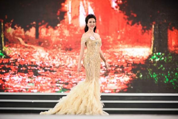 Đỗ Mỹ Linh trình diễn trong đêm chung kết Hoa hậu Việt Nam 2016.