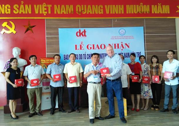 Ông Michael Evans – Trưởng đại diện tổ chức DKT tại Việt Nam bàn giao lô hàng cho Chi cục DS-KHHGĐ tỉnh Nghệ An.