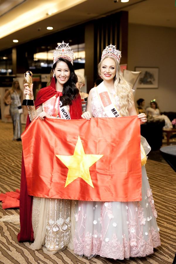 Dương Thùy Linh xuất sắc giành vương miện cuộc thi Mrs Worldwide 2018.