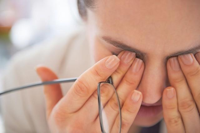 Theo thời gian, mắt sẽ xuất hiện khô, cảm giác rát, mờ mắt, và thậm chí tổn thương nghiêm trọng đến biểu mô giác mạc, gây sung huyết ở mắt, đau, sợ ánh sáng, hay chảy nước mắt.