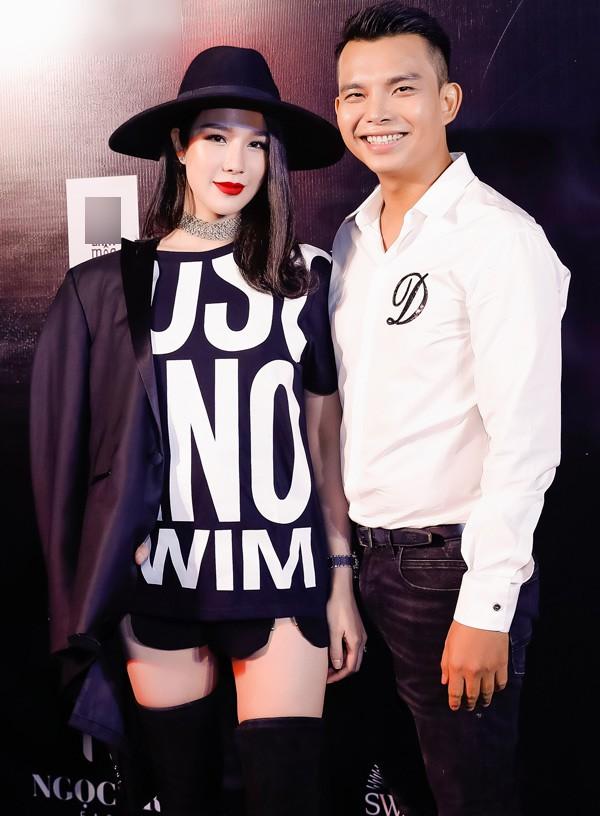 Nữ ca sĩ chúc mừng nhà thiết kế Đỗ Long tổ chức show thời trang Xuân Hè hoành tráng. Sau khi kết hôn với chồng thiếu gia , cô ít tham dự các hoạt động của làng giải trí. Cô hứa hẹn sau khi ổn định cuộc sống gia đình sẽ hoạt động nghệ thuật trở lại.