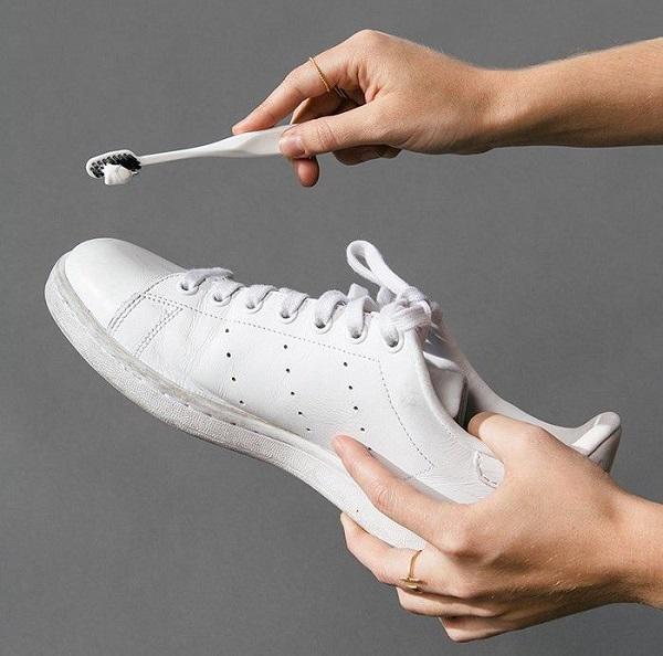 Sử dụng bàn chải đánh răng đã nhúng qua nước xà phòng và chà sạch các vết bẩn trên giày.