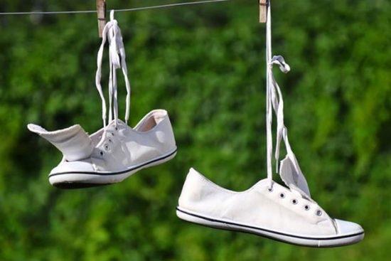 Phơi giày đã giặt nơi khô thoáng để giày khô hẳn, thơm tho.
