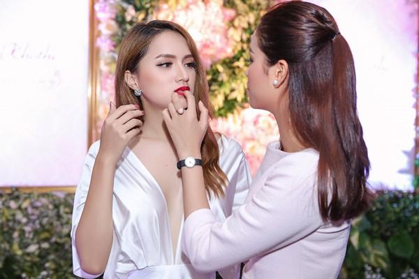 Phạm Hương và Hương Giang được xem là chị em thân thiết trong làng giải trí.