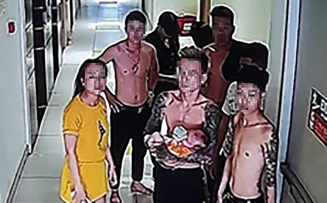 Qua camera an ninh, thời điểm căn hộ phát hỏa có chín người (bảy nam, hai nữ) ở bên trong. Những người này phát hiện khói lửa nên đóng cửa bỏ chạy. Ảnh cắt từ clip