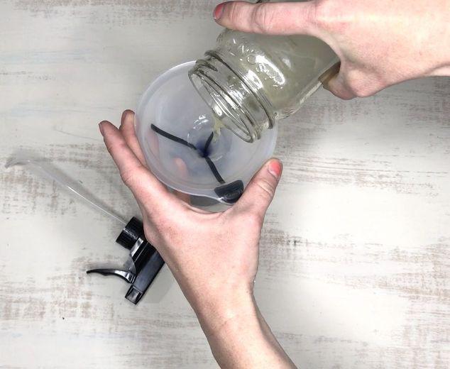 Hãy trộn giấm và nước ấm theo tỉ lệ 1:1. (Ảnh: Internet)