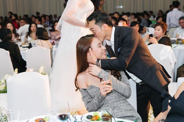 Trong tiệc cưới của Diệp Lâm Anh, trước mặt rất nhiều quan khách, Cường Đô la cũng vô tư kéo Đàm Thu Trang và hôn nhẹ lên trán.