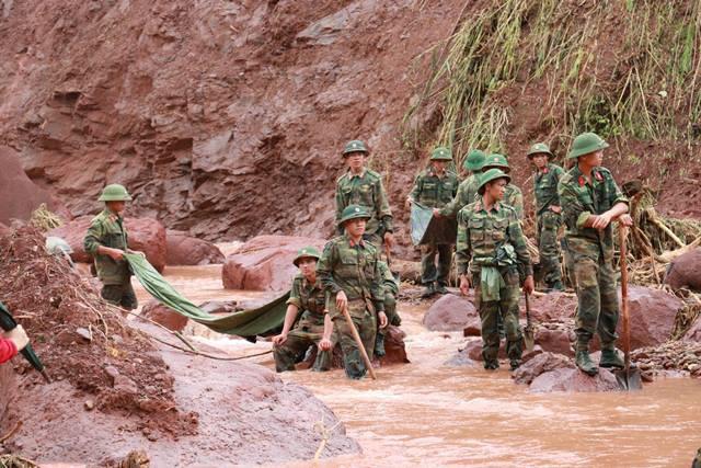 Lực lượng chức năng vẫn nỗ lực tìm kiếm thi thể các nạn nhân mất tích.