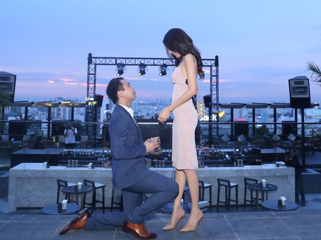 Lan Khuê hạnh phúc nhận lời cầu hôn của bạn trai.
