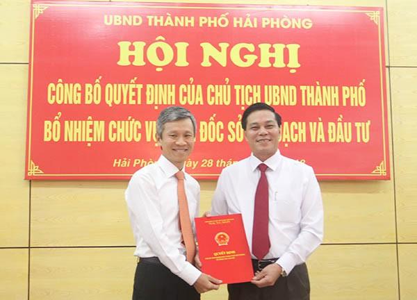 Chủ tịch thành phố Nguyễn Văn Tùng trao quyết định bổ nhiệm Giám đốc Sở KH&ĐT cho ông Trần Việt Tuấn