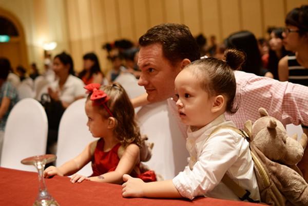 Kevin, chồng Hồng Nhung luôn thể hiện là người đàn ông yêu vợ, chiều con.