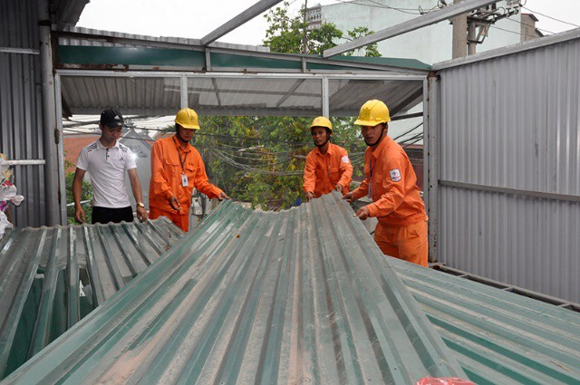 EVN HANOI hỗ trợ tháo dỡ công trình vi phạm - Ảnh: Hoa Việt Cường