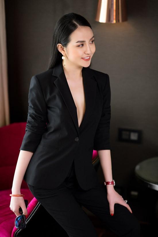 Có ông xã là ca sĩ nổi tiếng nhưng Thu Hương cũng có sự nghiệp kinh doanh riêng. Cô được xem là nữ doanh nhân 9X thành đạt khi sở hữu hệ thống spa ở Hà Nội.