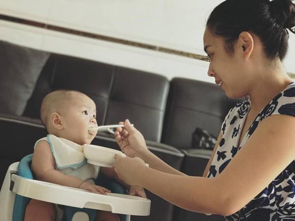 Tài năng, xinh xắn nhưng lúc ở nhà dẹp lại ánh hào quang sân khấu cùng những giờ giảng cho sinh viên, Ngọc Mai trở thành người mẹ hiền đảm.
