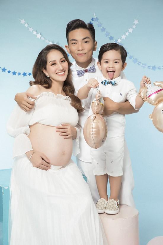Khánh Thi khoe bụng bầu nặng nề bên ông xã Phan Hiển và con trai trong loạt ảnh kỷ niệm. Bộ hình lột tả tâm trạng háo hức của cả gia đình khi sắp có thêm thành viên mới là một em bé vào tháng 7 tới.