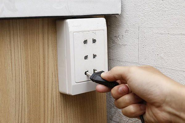 Nên rút hẳn phích điện của các thiết bị khi không sử dụng.