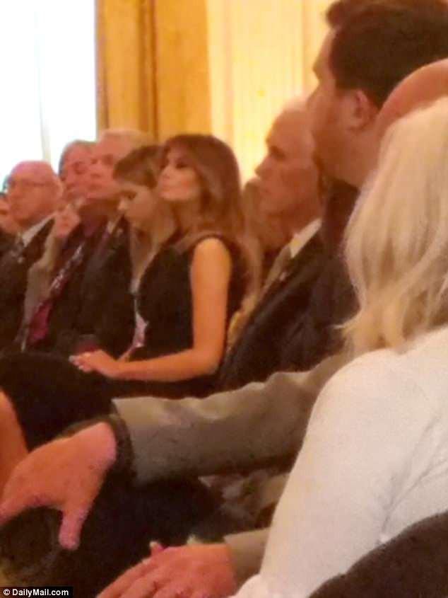 Bà ngồi hàng ghế đầu, mặc chiếc váy đen thời thượng và sang trọng.