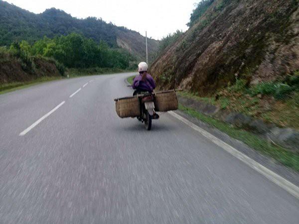 Người dân chia nhỏ thịt lợn, dùng xe máy vận chuyển trái phép thịt lợn qua biên giới vào nội địa tiêu thụ.