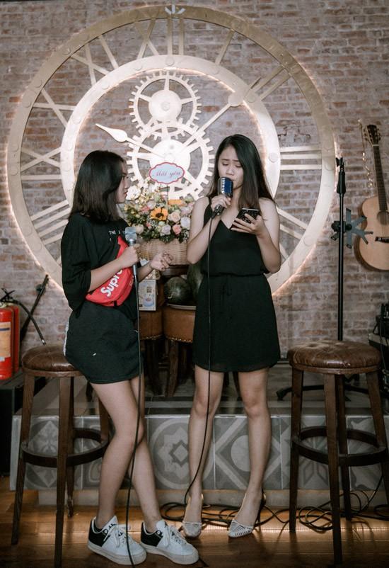 Trong tiệc sinh nhật tuổi 40 của bố, cả hai còn khoe giọng hát khi song ca Em gái mưa, hit của Hương Tràm.