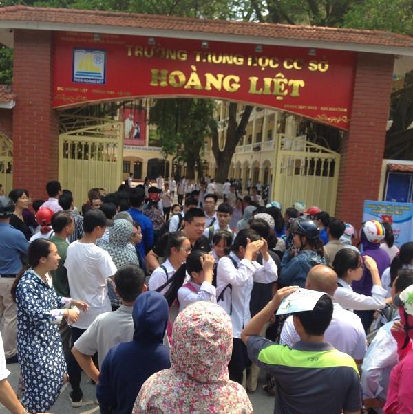 Thí sinh kết thúc môn thi Ngữ văn tại điểm thi vào lớp 10 đặt tại trường THCS Hoàng Liệt, Hà Nội. Ảnh: Q.A