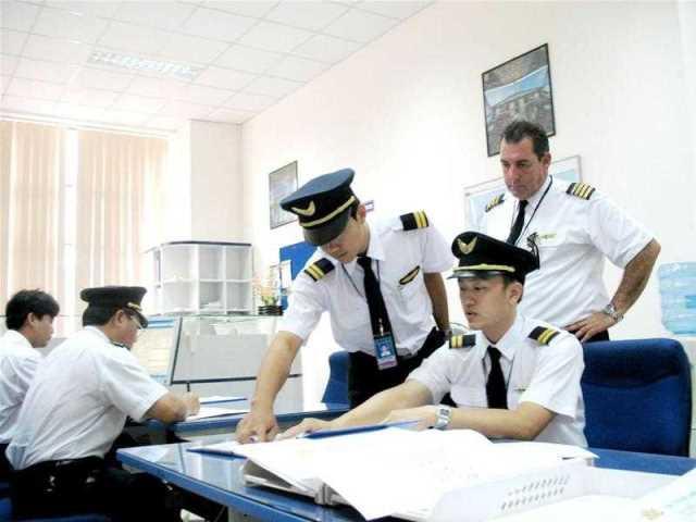 Nhiều phi công đang làm việc tại Vietnam Airlines cho biết, thực chất họ luôn bị áp bức và không được hưởng mức lương cao như mọi người thường nghĩ.