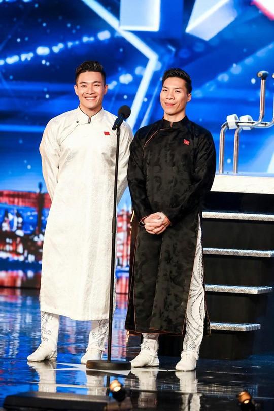Đấu giá hai chiếc áo dài để làm từ thiện là hoạt động đầu tiên khi Cơ - Nghiệp trở về sau cuộc thi.