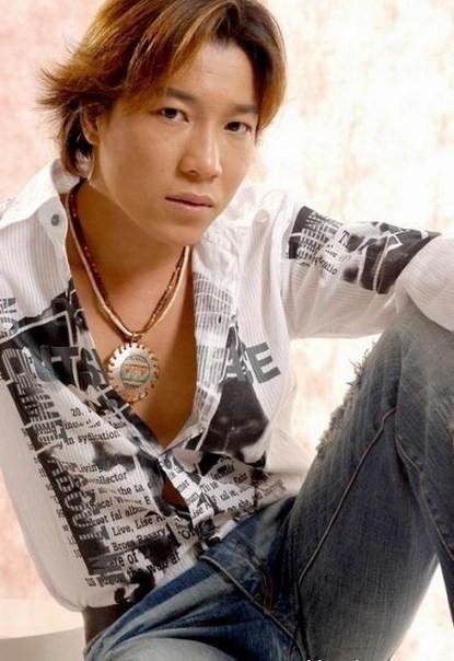 Vào năm 2000, ca sĩ Trần Tâm không còn quá xa lạ với những khán giả trẻ yêu nhạc. Anh ghi điểm bởi giọng hát nội lực và giàu cảm xúc qua các ca khúc về tình yêu đôi lứa.